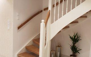 L-trappa med ek trappsteg och svarvade räckesståndare
