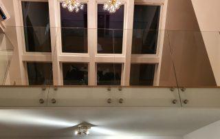 Trappor med glasräcken skapar en känsla av rymd genom sitt maximala ljusgenomsläpp